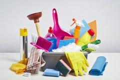 Pilha dos produtos de limpeza da casa no fundo branco