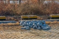 Pilha dos tijolos cinzentos que colocam na terra Imagens de Stock