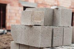 pilha dos tijolos do cimento no canteiro de obras foto de stock