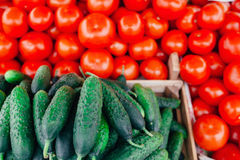 Pilha dos tomates e do pepino no mercado fim Imagens de Stock Royalty Free