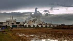 A pilha e as tubulações de fumo da fábrica sopram no ar Imagem de Stock