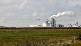 A pilha e as tubulações de fumo da fábrica sopram no ar Foto de Stock Royalty Free