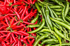 Pilha empilhada de pimentões verdes e vermelhos Imagem de Stock