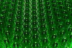 Pilha enorme de garrafas de vidro vazias Imagens de Stock