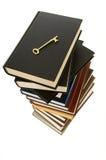 Pilha enorme de livros com chave foto de stock