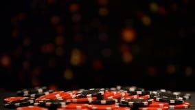 Pilha enorme de microplaquetas de pôquer no fundo efervescente, aposta tudo, jogo afortunado filme