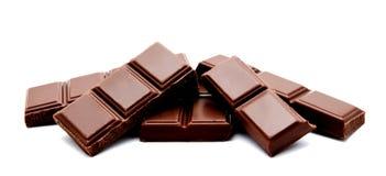 Pilha escura das barras de chocolate do leite isolada em um branco imagens de stock royalty free