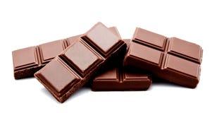 Pilha escura das barras de chocolate do leite isolada em um branco fotos de stock royalty free