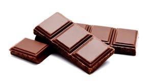 Pilha escura das barras de chocolate do leite isolada em um branco foto de stock royalty free