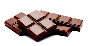 Pilha escura das barras de chocolate do leite isolada em um branco imagem de stock royalty free