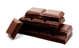 Pilha escura das barras de chocolate do leite isolada em um branco imagens de stock