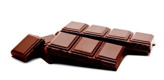 Pilha escura das barras de chocolate do leite isolada em um branco fotografia de stock royalty free