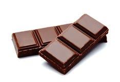 Pilha escura das barras de chocolate do leite isolada em um branco fotografia de stock