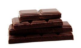 Pilha escura das barras de chocolate do leite isolada em um branco imagem de stock