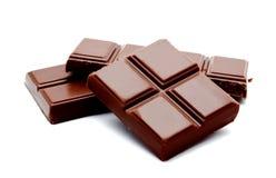 Pilha escura das barras de chocolate do leite isolada em um branco fotos de stock