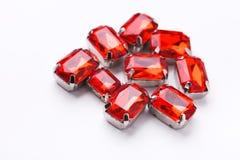 Pilha fraca de pedras preciosas do rubi no fundo branco Foto de Stock Royalty Free