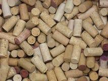 Pilha frouxamente empilhada de muitas cortiça naturais do vinho foto de stock royalty free