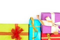 Pilha grande das caixas de presente envolvidas coloridas isoladas no fundo branco Presentes da montanha Caixa atual bonita com Imagens de Stock Royalty Free