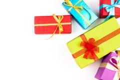 Pilha grande das caixas de presente envolvidas coloridas isoladas no fundo branco Presentes da montanha Caixa atual bonita com Imagem de Stock