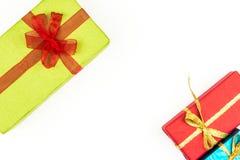 Pilha grande das caixas de presente envolvidas coloridas isoladas no fundo branco Presentes da montanha Caixa atual bonita com cu Imagem de Stock
