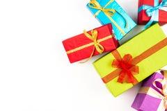 Pilha grande das caixas de presente envolvidas coloridas isoladas no fundo branco Presentes da montanha Caixa atual bonita com cu Fotografia de Stock Royalty Free
