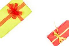 Pilha grande das caixas de presente envolvidas coloridas isoladas no fundo branco Presentes da montanha Caixa atual bonita com cu Imagens de Stock Royalty Free