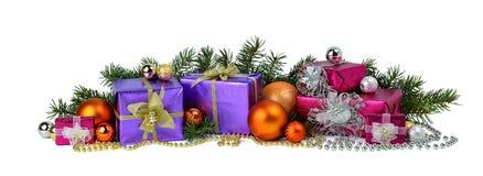 Pilha grande de presentes do Natal, de ramos de árvore, de bolas e de grânulos Imagens de Stock Royalty Free