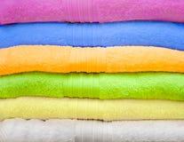 Pilha grande de toalhas coloridas Fotos de Stock Royalty Free