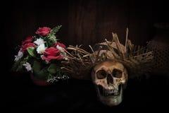 Pilha impressionante do crânio em um fundo de madeira marrom da prancha ainda Fotos de Stock