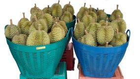 Pilha isolada do Durian ou do rei dos frutos na cesta para a venda no mercado do fundo branco Imagens de Stock Royalty Free