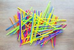 Pilha misturada de palhas plásticas coloridas Imagens de Stock