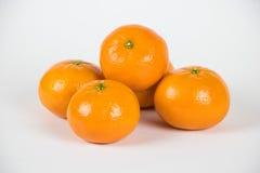Pilha pequena de clementina maduras frescas no branco Fotografia de Stock