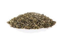 Pilha perfumada do chá verde seco isolado no branco foto de stock royalty free