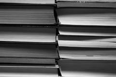 Pilha preto e branco de fundo dos livros foto de stock