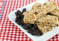 Pilha saudável de raisin, barras de granola da porca. fotografia de stock