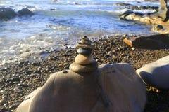 Pilha surpreendente de pedras no musgo verde no grupo de praia do beira-mar de equilíbrio do seixo na grande rocha Fotos de Stock