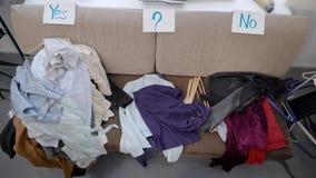 Pilha três da roupa no sofá vídeos de arquivo