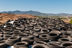 Pilha velha dos pneus para a reciclagem de borracha imagem de stock