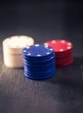 Pilhas com microplaquetas de pôquer, olhar da cor do vintage Fotografia de Stock Royalty Free