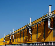 Pilhas da blusa em uma fachada de uma fábrica amarela Imagem de Stock Royalty Free