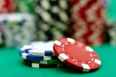 Pilhas da cor de microplaqueta de pôquer Fotografia de Stock Royalty Free