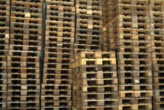 Pilhas da madeira da pálete Fotografia de Stock