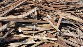 Pilhas da madeira, que era uma confusão imagens de stock