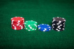 Pilhas da microplaqueta de pôquer fotos de stock royalty free