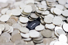 Pilhas da moeda do dinheiro no teclado Imagens de Stock Royalty Free