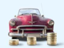Pilhas da moeda na frente do carro do oldtimer Imagem de Stock