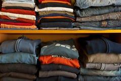 Pilhas da roupa colorido fotografia de stock