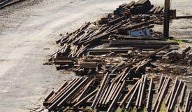Pilhas da sucata da indústria da estrada de ferro foto de stock royalty free