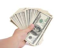 Pilhas da terra arrendada da mão da moeda de papel de 100 USD com trajeto de grampeamento Fotografia de Stock