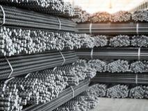 Pilhas das barras do reforço Produtos na planta metalúrgica Imagens de Stock Royalty Free